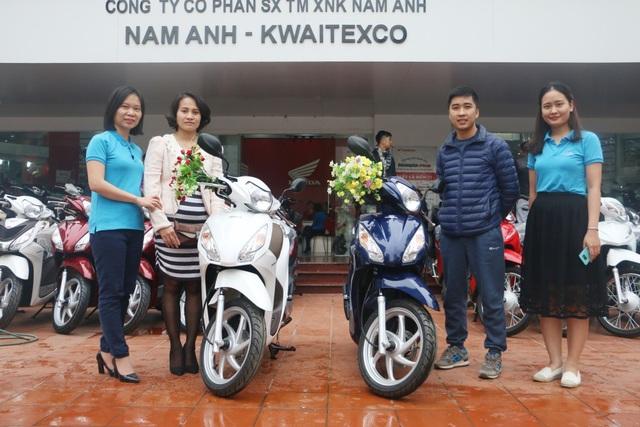 Khách hàng Nguyễn Đức Tựa và Hà Thị Mai Ngọc nhận giải nhì là xe máy Honda Vision