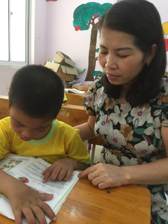 Kiên nhẫn dạy các em đọc từng từ