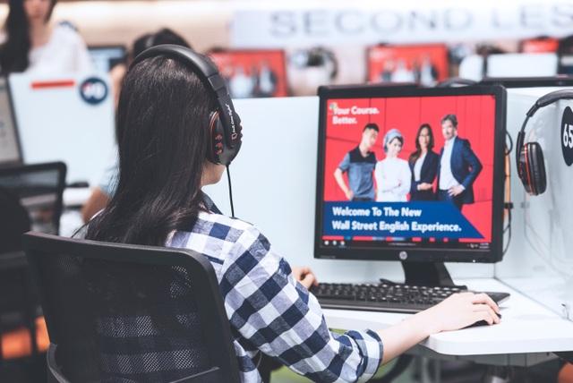 Học viên tự học các bài học tương tác trên máy tại Wall Street English Việt Nam.