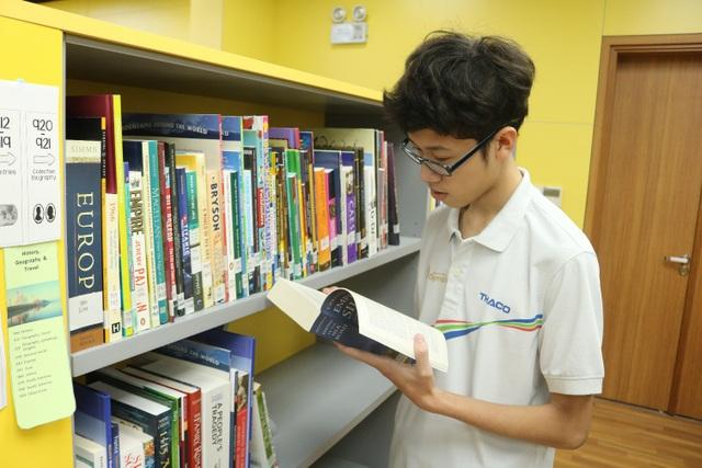 Thư viện với nguồn sách đa dạng từ trong và ngoài nước là nơi giúp Quyền hoàn thiện khả năng tự học của mình.