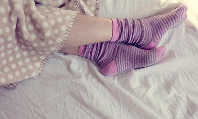 Không bao giờ đi cùng một đôi tất mà bạn đã đi đêm hôm trước. Bạn nên thay tất thường xuyên, đảm bảo luôn đi tất khô, sạch để tránh vi khuẩn lây bệnh. Sau khi bỏ tất, bạn rửa chân và lau khô hoàn toàn. Chọn tất cũng rất quan trọng. Bạn cần tìm tất tất có độ rộng vừa phải để có chỗ cho khí lưu thông quanh bàn chân, khiến chân không bị quá nóng và đổ mồ hôi. Nên chọn mua tất dệt từ sợi tự nhiên, có độ dày vừa phải.