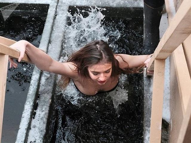 Người đẹp Nga run rẩy ngâm mình dưới nước trong nghi lễ truyền thống  Thế giới - 4