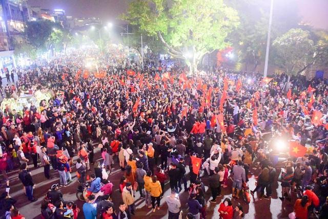 Quảng trường Đông Kinh Nghĩa Thục tập trung rất đông người hâm mộ ăn mừng.