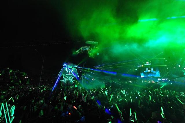 """""""Phi hành gia"""" khổng lồ đến từ Heineken là người dẫn dắt khán giả du hành xuyên không gian để đến với những sắc thái cảm xúc riêng biệt"""