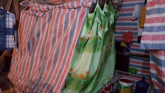 Nơi ở của vợ chồng chị Mận được quây bằng bạt. Ảnh: Nhật Linh