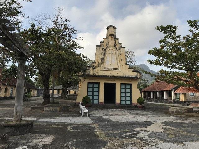 Trại giam Phú Hải còn có đầy đủ các khu vực như giảng đường, bệnh xá, nhà thờ. Tất cả đều được dựng lên để đối phó với các đoàn giám sát về nhân quyền của quốc tế. Che giấu đằng sau đó là sự thật kinh hoàng về chế độ ngục tù tàn bạo, vô nhân tính