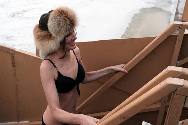 Người đẹp Nga run rẩy ngâm mình dưới nước trong nghi lễ truyền thống  Thế giới - 5
