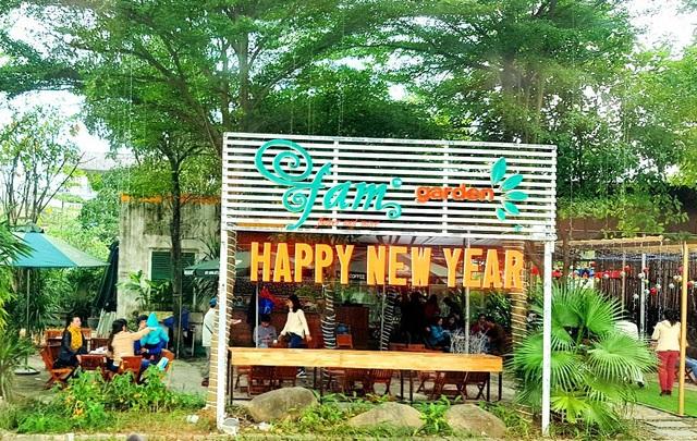 Quán cà phê trang trí nhiều câu chúc mừng năm mới