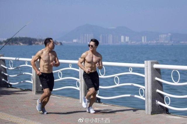 Hai cha con rủ nhau chạy bộ