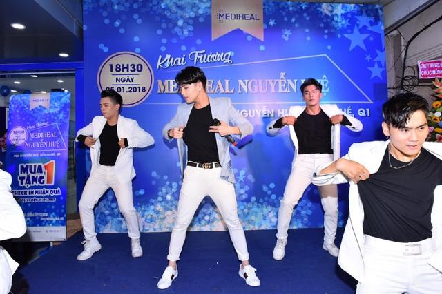 Ca sĩ Noo Phước Thịnh tham gia biểu diễn trong tiếng hò reo của khán giả tại phố đi bộ Nguyễn Huệ