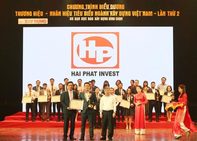 Ông Nguyễn Ngọc Thám – Trưởng ban Quản lý dự án Roman vinh dự lên nhận Giải thưởng