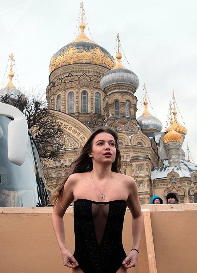Người đẹp Nga run rẩy ngâm mình dưới nước trong nghi lễ truyền thống  Thế giới - 6