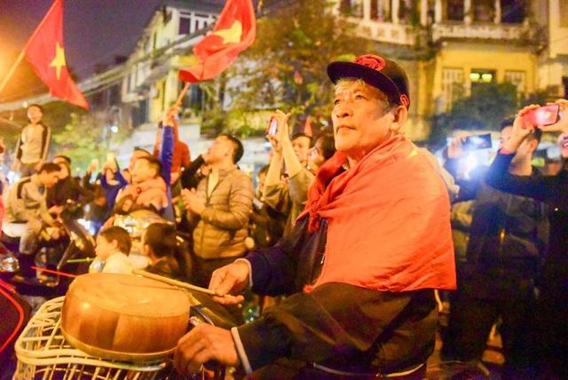 Một cổ động viện lớn tuổi cũng xuống đường cổ vũ chiến thắng lịch sử của U23 Việt Nam.