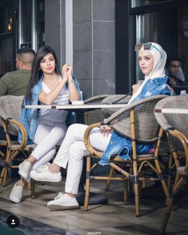 Khác với những hình ảnh phụ nữ Hồi giáo chúng ta thường thấy, những cô gái con nhà giàu có cách ăn mặc vô cùng hiện đại và sang trọng.