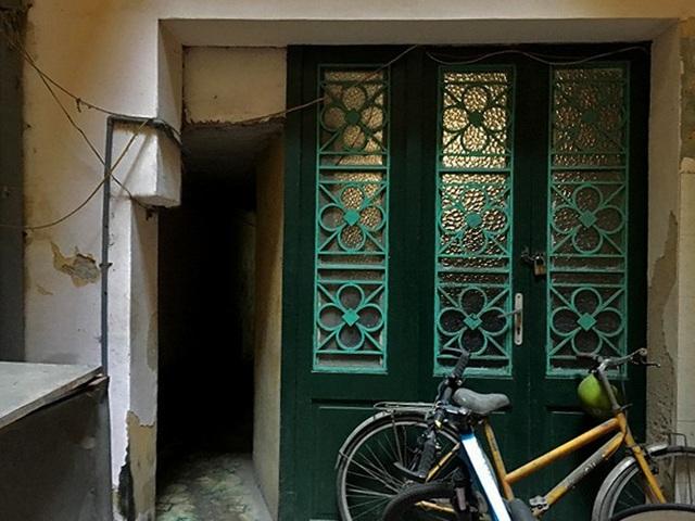 Cửa gỗ màu xanh lá, tường quét vôi vàng là màu đặc trưng của kiến trúc thời Pháp thuộc ở khu phố cổ. Ảnh: Thanh Hải