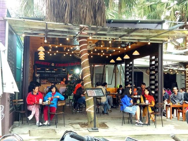 Người dân Huế tới quán cà phê chuyện trò thư giãn ngày đầu năm
