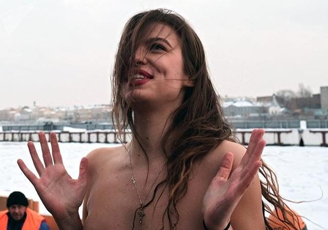 Người đẹp Nga run rẩy ngâm mình dưới nước trong nghi lễ truyền thống  Thế giới - 7