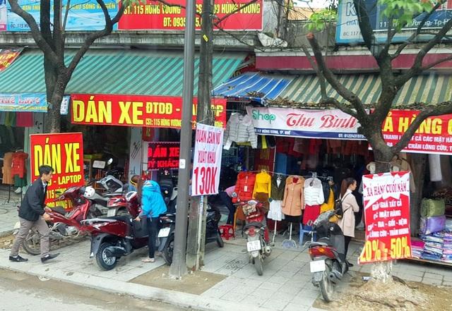 Một số tiệm bán áo quần, dán xe mở cửa và vẫn có khách vào hỏi mua