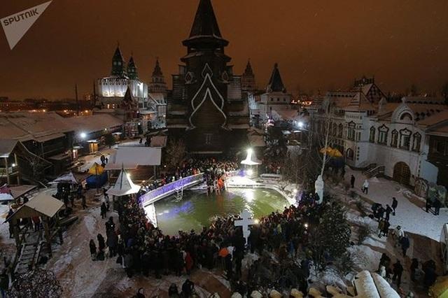 Người đẹp Nga run rẩy ngâm mình dưới nước trong nghi lễ truyền thống  Thế giới - 8