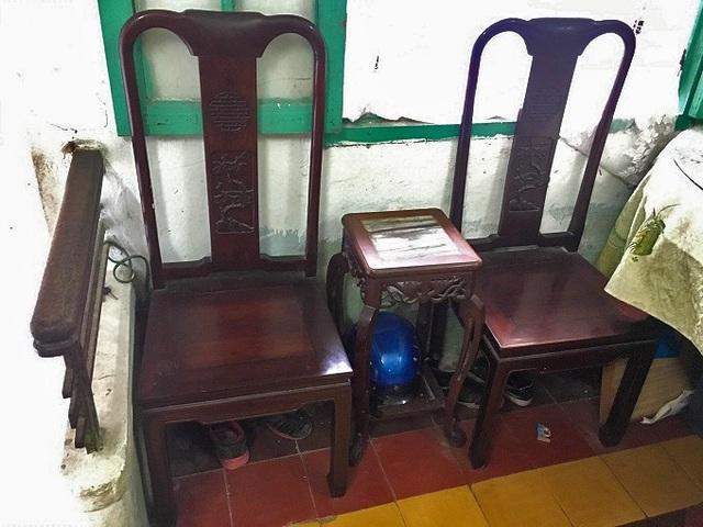 Hai chiếc ghế và đôn cổ bằng gỗ lim được cha mẹ ông Thái An dùng tiếp khách. Ảnh: Thanh Hải