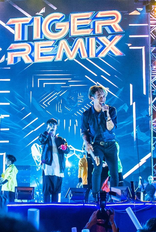 Phạm Anh Khoa tung hoành trên sân khấu với bản lĩnh biểu diễn của một rocker kỳ cựu