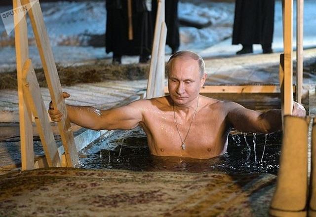 Người đẹp Nga run rẩy ngâm mình dưới nước trong nghi lễ truyền thống  Thế giới - 9