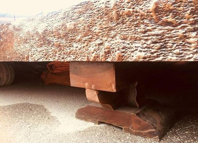 Chiếc sập được kê bằng 2 chân gỗ có kích thước lớn.