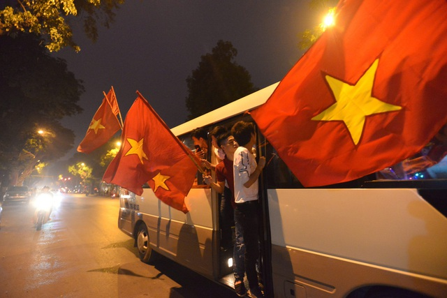 """Khu vực Hồ Gươm """"nghẹt thở"""" sau kỳ tích của U23 Việt Nam - 10"""