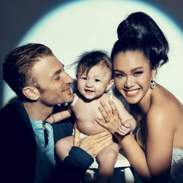 Phương Vy kết hôn cùng chồng ngoại quốc, đến giờ cô sống hạnh phúc bên chồng và cô con gái đầu lòng tại TP HCM.