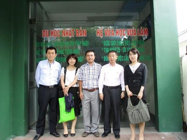 Các đối tác từ các trường Nhật Bản về thăm và chụp ảnh tại Công ty TNHH Đào tạo ngoại ngữ và Tư vấn Du học PMT