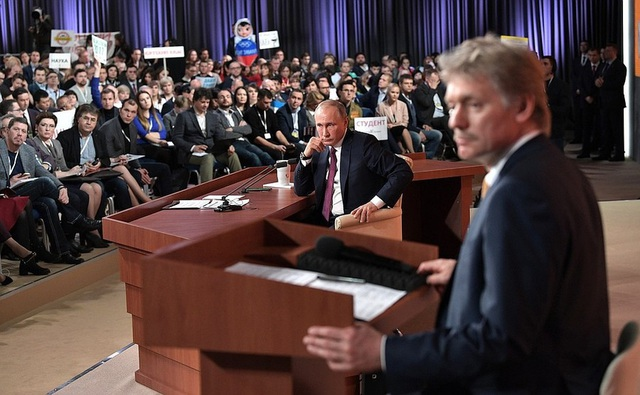 Ông Dmitry Peskov và Tổng thống Putin trong cuộc họp báo (Ảnh: Kremlin.ru)