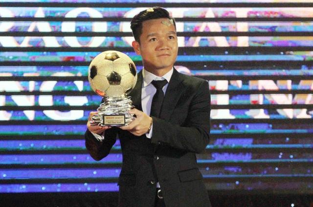 Thanh Trung (CLB Quảng Nam) nhận giải QBV Việt Nam 2017