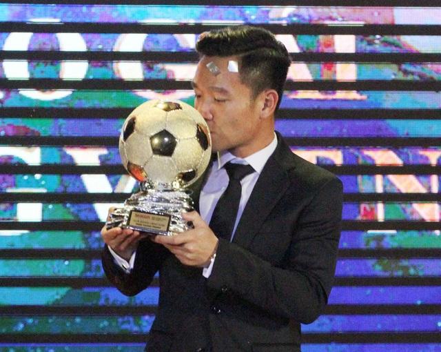 Niềm hạnh phúc của tân QBV Việt Nam trên bục nhận danh hiệu