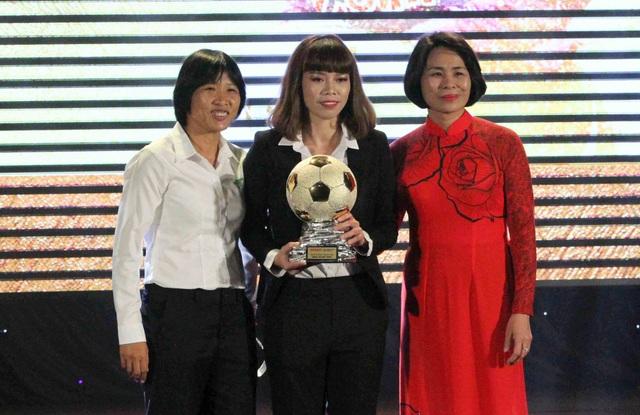 Kiều Trinh (đội nữ TPHCM - giữa) giành QBV nữ
