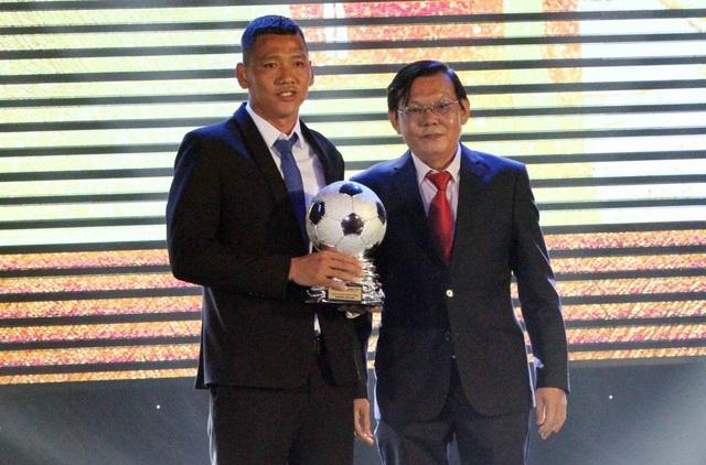 Quả bóng bạc nam thuộc về Nguyễn Anh Đức (B.Bình Dương) - chân sút nội đầu tiên sau 15 năm trở thành vua phá lưới của V-League