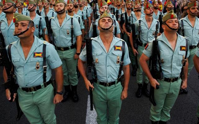 Binh sĩ Tây Ban Nha trong một buổi diễu binh (Ảnh: Getty)