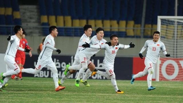 Quang Hải (thứ hai từ phải sang) ghi bàn mở tỉ số trận đấu
