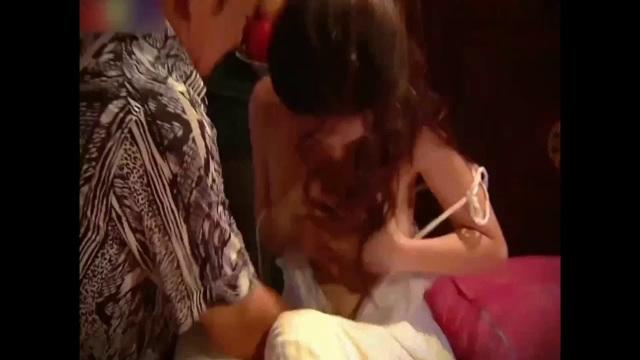 Cảnh nhân vật của Quang tèo cưỡng hiếp nhân vật Phí Huyền Trang gây nhiều tranh cãi. Ảnh cắt từ clip.