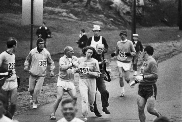 Năm 1967, Kathrine Switzer là người phụ nữ đầu tiên tham gia vào cuộc thi chạy marathon Boston (việc làm bất hợp pháp ở thời điểm bấy giờ). Trong bức ảnh này, chúng ta có thể thấy những thành viên của ban tổ chức, lẫn vận động viên nam đang cố ngăn cản hành động phản đối bất bình đẳng giới của cô.