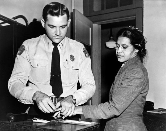 """Bức ảnh được chụp tại Alabama (Hoa Kỳ) vào năm 1956, ghi lại cảnh một người phụ nữ da màu tên Rosa Parks bị cảnh sát lấy dấu vân tay, khi bị bắt do tội """"không chịu ngồi ở hàng ghế sau, trên chiếc xe bus dành cho người da trắng""""."""