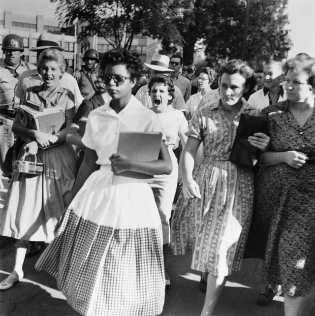 Elizabeth Eckford là học sinh da màu đầu tiên trong trường học của người da trắng ở Mỹ, sau khi chính phủ nước này tuyên bố chấm dứt sự phân chia trường học theo chủng tộc. Bức ảnh được chụp vào năm 1957 này ghi lại cảnh cô bị đám đông các học sinh cùng trường phản đối và miệt thị.