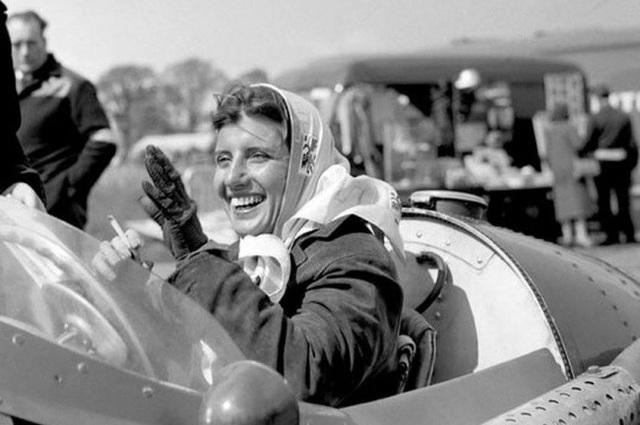 """Trong ảnh chính là Maria Teresa de Filippis, người phụ nữ đầu tiên trên thế giới tham gia vào giải đua xe """"Công thức một""""."""