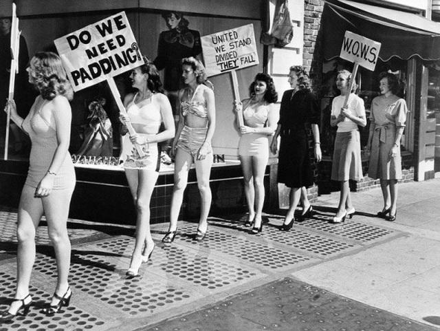 Những người phụ nữ này đang diễu hành trước một cửa hàng bán trang phục kín đáo cho phụ nữ, để đấu tranh cho quyền được mặc váy và quần ngắn (California, 1947).
