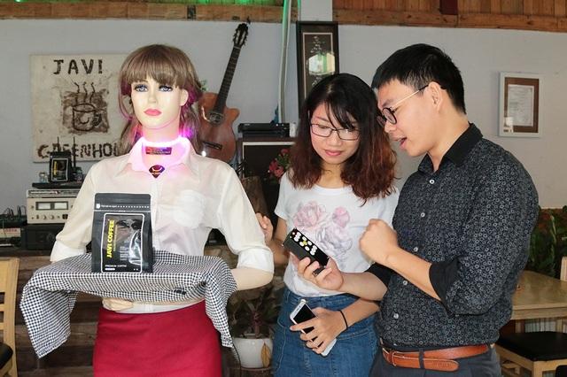 Anh Hải giới thiệu robot được điều khiển đi lại cho khách hàng.