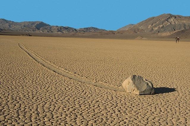 """Bí ẩn về những """"hòn đá ma thuật"""" biết tự dịch chuyển trong sa mạc khô cằn - 3"""