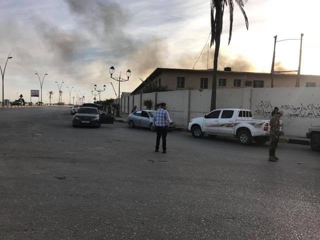 Khói bốc lên từ sân bay Mitiga do các cuộc đụng độ giữa hai nhóm vũ trang đối lập ở Libya. (Ảnh: Reuters)
