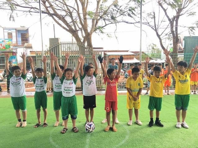 Hai đội bóng nhí khai mạc sân bóng đá mini cỏ nhân tạo ở điểm trường mầm non Hoa Pơ Lang (xã Đăk Buk So)