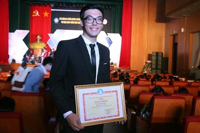 Dương Hiểu Phong được trao giải thưởng Sao tháng Giêng và Sinh viên 5 tốt cấp Trung ương tại lễ kỷ niệm 68 năm ngày truyền thống Học sinh – Sinh viên Việt Nam và Hội Sinh viên Việt Nam.