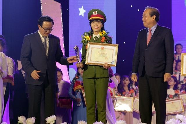 """""""Bông hồng thép"""" của Học viện Cảnh sát Nhân dân Hà Kiều Trang được tuyên dương danh hiệu Sinh viên 5 tốt bởi thành tích học tập rất cao: 9,01/10 điểm. Kiều Trang không chỉ học giỏi mà còn năng động thực hiện nhiều dự án cộng đồng giúp phát triển kỹ năng mềm cho các bạn sinh viên."""