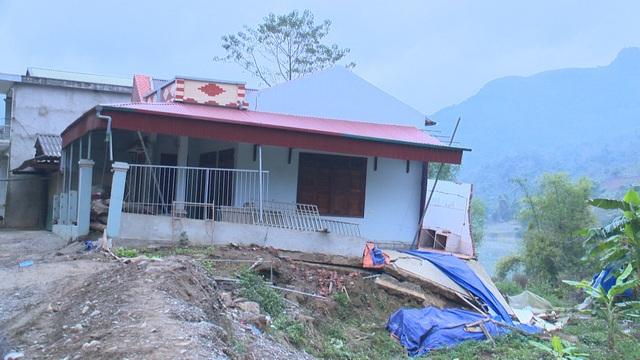 Một số nhà dân ở huyện Bảo Lâm bị sạt, nứt.